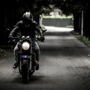 ¿Será obligatorio en 2018 el uso de guantes y chaqueta en la moto?
